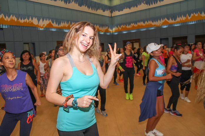 ผู้เข้าร่วมกิจกรรมการเต้นจังหวะซุมบ้า เป็นจำนวนมาก