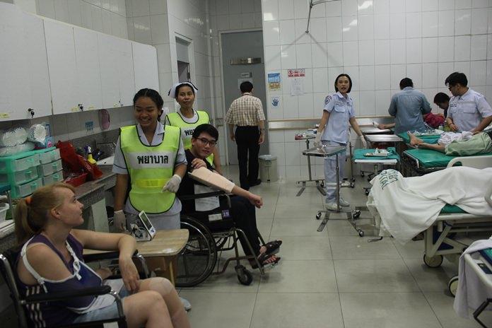 แพทย์และพยาบาล ทำการปฐมพยาบาลเบื้องต้น ในการซ้อมแผนอุบัติภัยหมู่ ของโรงพยาบาลเมืองพัทยา