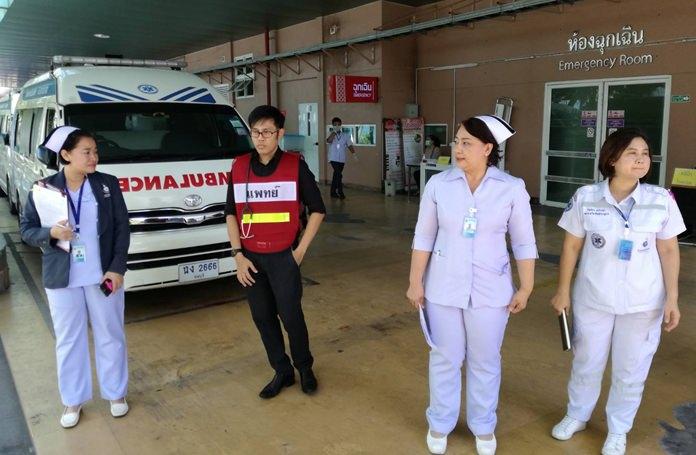 นายแพทย์ ตฤณ อเนกธรรมสกุล แพทย์แผนกฉุกเฉิน โรงพยาบาลเมืองพัทยา ควบคุมดูแลการทำงานของหน่วยงานภาคส่วนเกี่ยวข้องที่เข้าร่วมการฝึก
