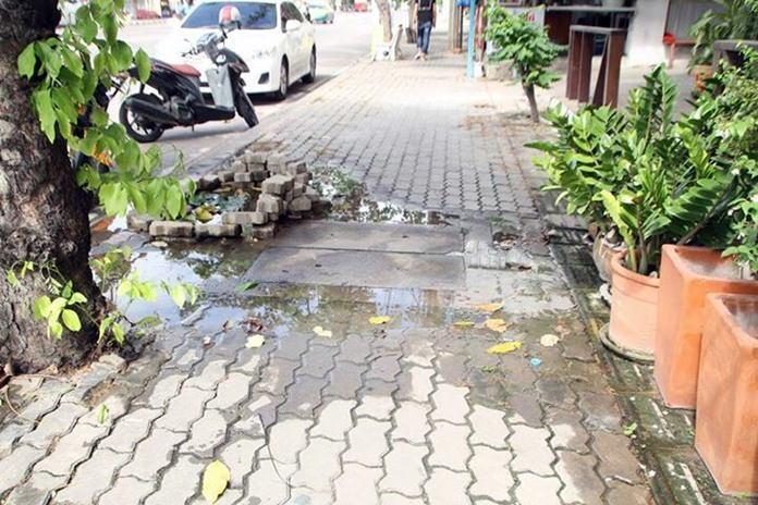 การทำบ่อบัวริมฟุตปาธกลางเมืองพัทยา หลังชาวบ้านร้องทำท่อประปาแตกนานนับเดือนแต่ไร้การซ่อมบำรุง