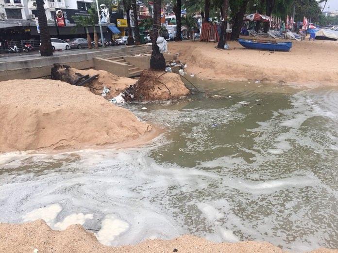 จากภาวสะฝนที่ตกกระหน่ำ ทำให้เกิดน้ำเสียเป็นฟองฟอด เกยชายทะเลพัทยากลาง