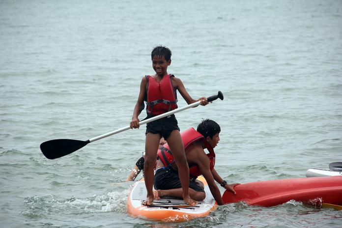 เด็กพายเรือแคนนู ด้วยความสนุกสนาน