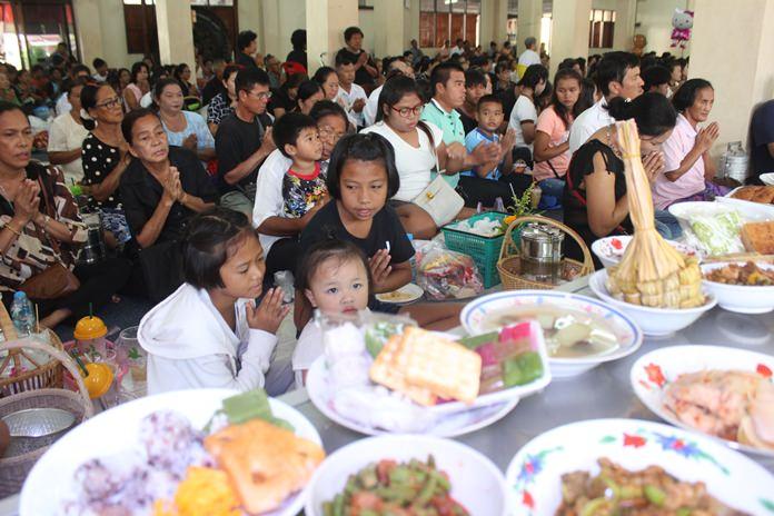 ประชาชนชาวไทยและต่างชาติ พร้อมใจกันนำอาหารคาวหวาน มาทำบุญที่วัดสุทธาวาส กันอย่างเนื่องแน่นตั้งแต่ช่วงเช้า