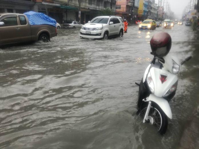 ช่วงเย็นวันที่ 9 ตุลาคม 60 จากฝนตกโปรยปลายลงมาอย่างต่อเนื่อง ติดต่อกันเป็นเวลากว่า  2  ชั่วโมง ส่งผลให้ถนนเทพประสิทธิ์ เกิดน้ำท่วมขัง