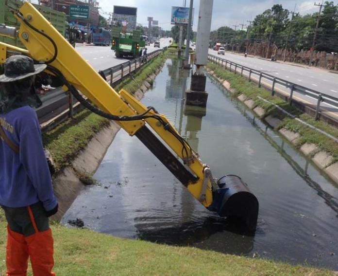 สำนักการช่างสุขาภิบาล เมืองพัทยา ลงพื้นที่ขุดลอกร่องระบายน้ำ และคูคลอง ตลอดแนวถนนสุขุมวิท เพื่อรองรับการระบายน้ำ