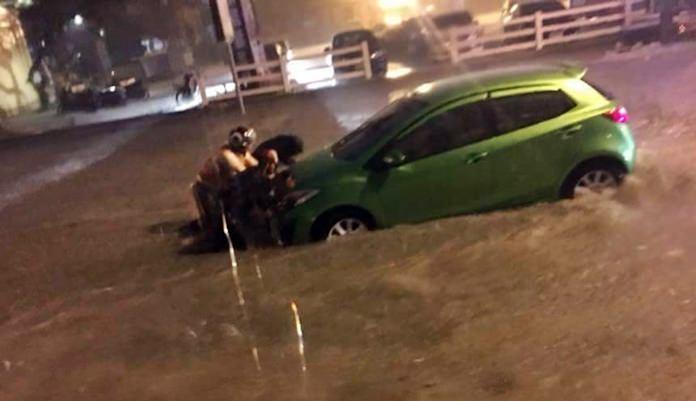 รถยนต์เครื่องยนต์น็อคน้ำไปหลายราย  ต้องจอดแช่น้ำบริเวณถนนพัทยาสาย 3 (แยกมุมอร่อย)