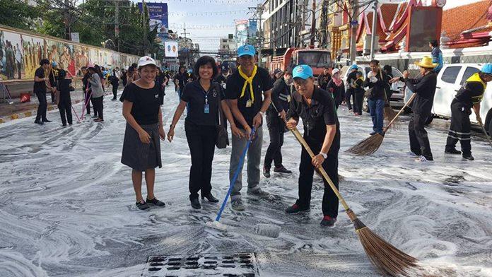 ประชาชนร่วมกันทำความสะอาดพัทยาใต้ บริเวณหน้าวัดชัยมงคล พระอารามหลวง ไปถึงหน้าธนาคารกรุงไทย