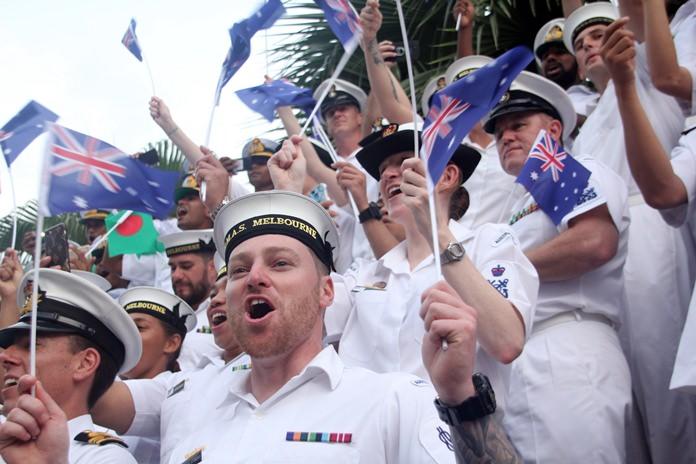 กลุ่มทหารเรือชาวออสเตรียชมการแสดงอย่างสนุกสนาน