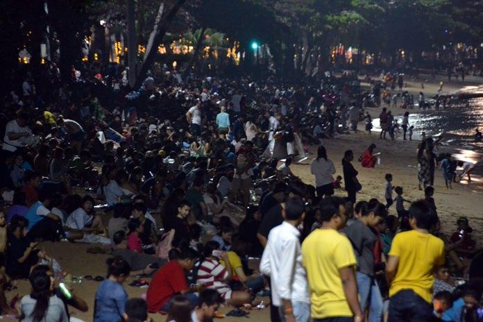 ประชาชนชาไทยและชาวต่างชาติหลายพันคนนั่งรอดูพลุอย่าใจจดใจจ่อ