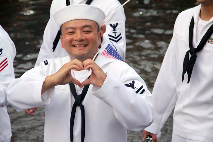 ทหารเรืออเมริกัน ทำมือสัญลักษณ์รูปหัวใจให้แก่ประชาชนและนักท่องเที่ยว ที่มารอชม