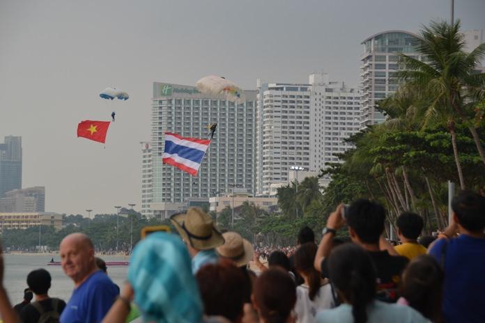 การสาธิตการปฏิบัติการทางทหาร การช่วยเหลือผู้ประสบภัยในทะเล และมีนักโดดร่ม 12 นาย โดดร่มและนำธงขนาดใหญ่ลงมา เพื่อเป็นการเปิดการสาธิตฯ ประกอบด้วย ธงชาติของประเทศสมาชิกอาเซียนทั้ง 10 ชาติ และธง 50 ปีอาเซียน