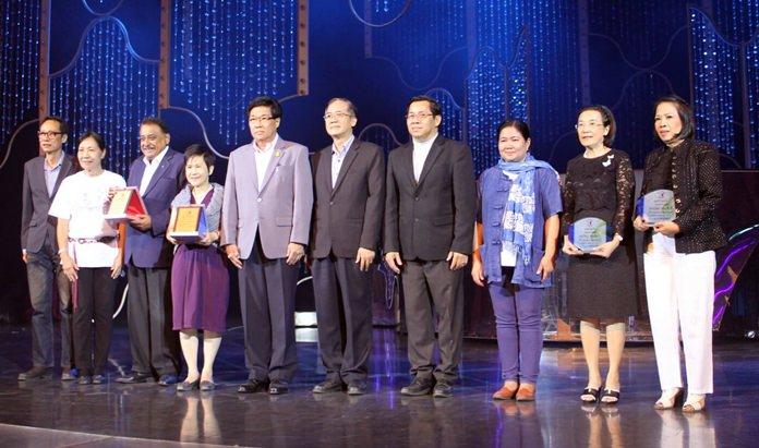 นายชายชาญ  เอี่ยมเจริญ  รอง ผวจ.ชลบุรี  เป็นตัวแทนในการมอบประกาศเกียรติคุณ แก่ผู้ให้การสนับสนุนทั้ง  8 ท่าน อาทิตัวแทนจาก โรตารีคลับ มูลนิธิ HHN เพื่อเด็กไทย อำเภอบางละมุง และส่วนเกี่ยวข้องเพื่อเป็นการขอบคุณทุกท่านที่ให้การสนับสนุนกิจกรรมในครั้งนี้