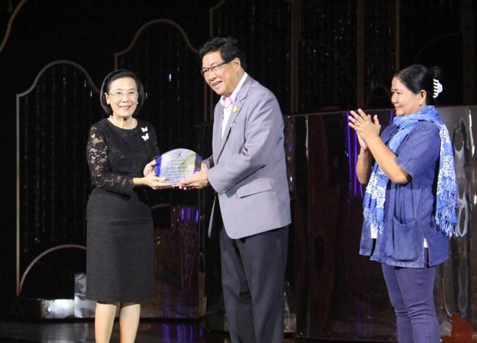 นายชายชาญ เอี่ยมเจริญ รอง ผวจ.ชลบุรี เป็นตัวแทนในการมอบประกาศเกียรติคุณ นางรัชดา ชมจินดา รัชดา ชมจินดา ผอ.มูลนิธิ เพื่อเด็กไทย ที่ให้การสนับสนุน
