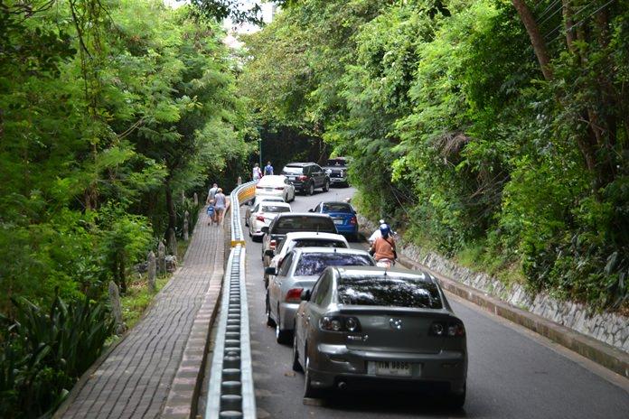 เกรงเกิดอันตราย รถยนต์นักท่องเที่ยวจำนวนมาก จอดบนถนนลาดชัน ทางขึ้นเขาพระตำหนัก สทร.5 เพื่อชมวิวในช่วงฤดูหนาว เทศกาลท่องเที่ยวของเมืองพัทยา