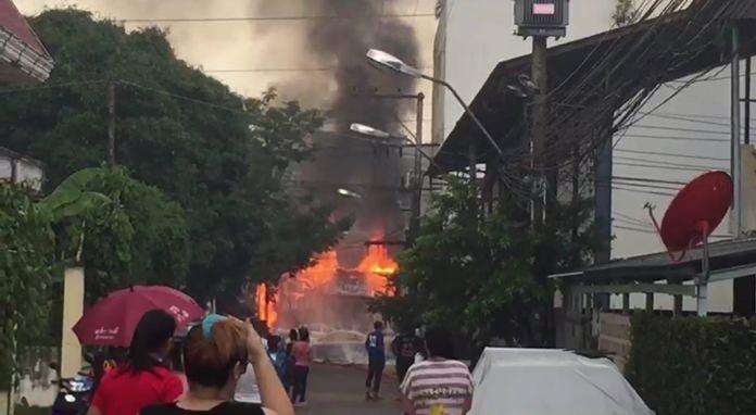 ประชาชนแตกตื่น เพลิงโหมรุกไหม้สายไฟ ปากซอยสุขุมวิท 73 ท่ามกลางสายฝนโปรยปราย