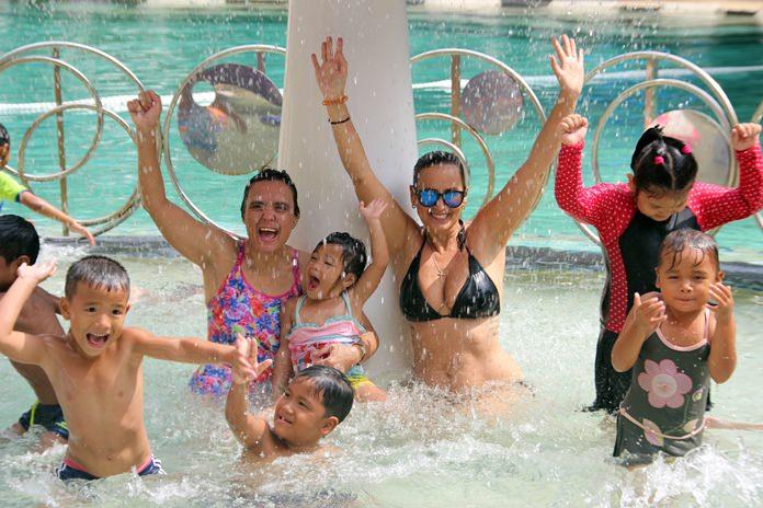 มิส.มากาเร็ต เก็นเกอร์ (Margaret Grainger) ผู้ก่อตั้งมูลนิธิ มือต่อมือ (Hand to Hand Foundation) นำเด็กๆในการดูแล 29 คนทำกิจกรรมว่ายน้ำและสันทนาการ