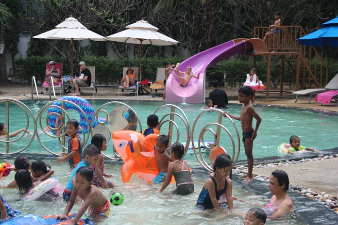 เด็กๆว่ายน้ำร่วมกันอย่างสนุกสนานโดนมีการนำห่วงยาง มาเป็นเครื่องเล่นในการสร้างสีสันอีกด้วย