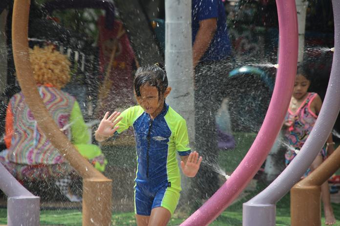เด็กๆเดินลอดอุโมงค์น้ำ Aqua Pool Bar & Club