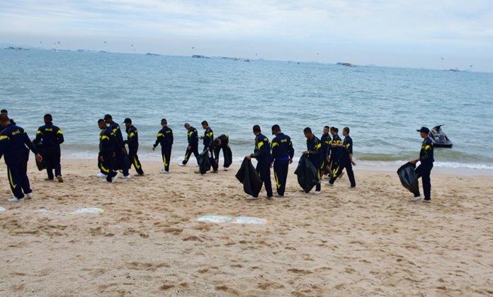 เหล่าทหารบำเพ็ญประโยชน์ โดยการเดินเก็บขยะตลอดแนวชายหาดพัทยากลาง