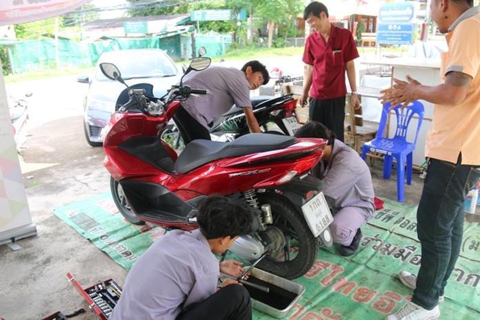 โรงเรียนไทยอิโตะ ให้บริการเปลี่ยนถ่ายน้ำมันเครื่องรถจักรยานยนต์ ในราคาพิเศษ