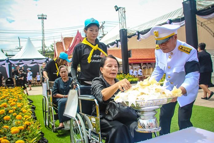 จุดวางดอกไม้จันทน์ สำหรับ เด็ก ผู้พิการและคนชรา