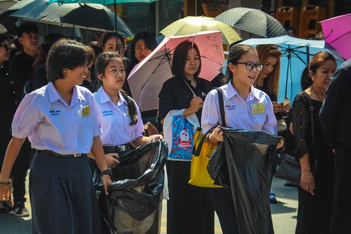 เหล่านักเรียนจิตอาสาทำความดีเก็บขยะตามท้องถนน