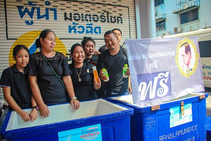 ประชาชน-เยาวชนร่วมแจกน้ำดื่มฟรีย่านพัทยาใต้