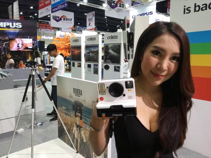 พริตตี้สาวสวย แนะนำนวัตกรรมใหม่ของกล้อง Polaroid ที่รวดเร็วและสีสันสดใส ในงาน Bangkok International Photo Fair 2017