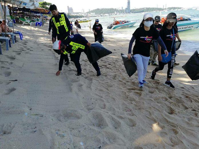 เจ้าหน้าที่กิจการพิเศษ เทศกิจ และประชาชนจิตอาสา ร่วมกันเก็บขยะและทำความสะอาด อนุรักษ์ธรรมชาติบริเวณชายหาดพัทยากลาง