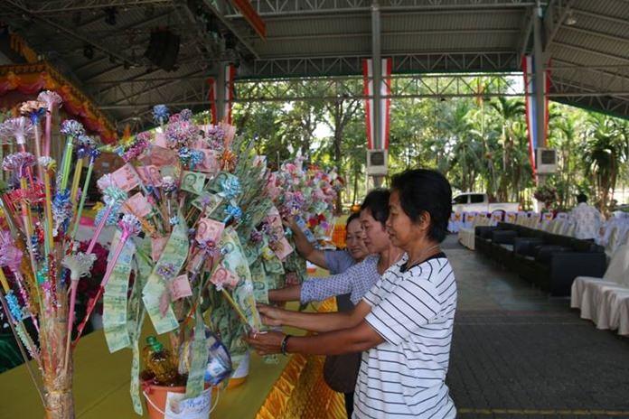 ประชาชนหลั่งไหลร่วมกันทำบุญที่เวทีสวนสุขภาพเทศบาลเมืองหนองปรือ