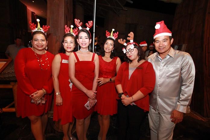 เหล่าพนักงานแต่งกายใน ธีมสีแดง