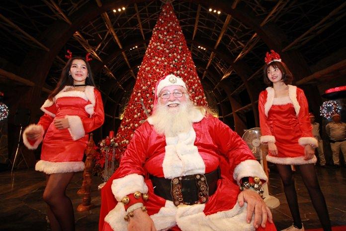 ซานตาครอสใจดี พร้อมพิตตี้สาวสวยแจกของขวัญภายในงาน