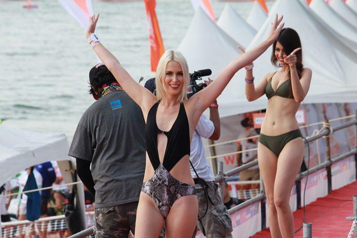นางแบบสาวสวยชาวรัสเซีย โบกมือทักทายนักท่องเที่ยวด้วยรอยยิ้ม
