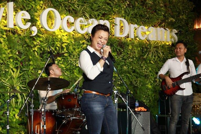 เจนนิเฟอร์ คิ้ม นักร้องเสียงคุณภาพชื่อดัง ขนเพลงดังโชว์พลังเสียง สร้างสีสันขับร้องภายในงาน