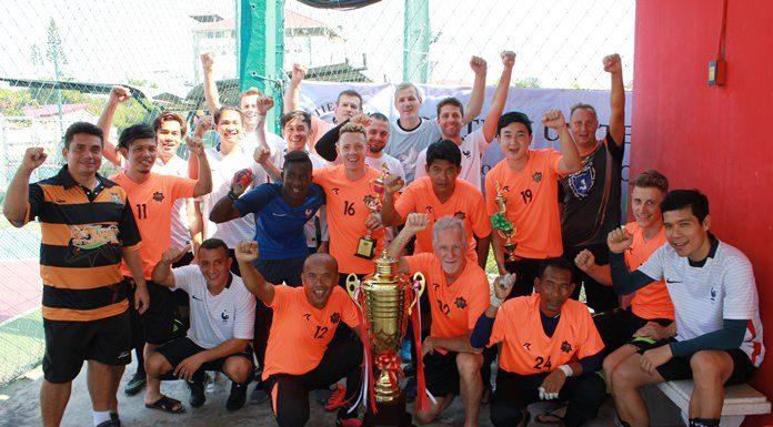 MR.HEIKO DIEHL และนายอดิศักดิ์ เชื้อผุ้ดี อดีตเยาวชนทีมชาติไทยรุ่นอายุไม่เกิน 19 ปี เป็นเกียรติในการมอบถ้วยรางวัลให้แก่นักกีฬา ชนะเลิศทีม C-Lion Pattaya อันดับ 2 ทีมจอมเทียนยูไนเต็ด ส่วนอันดับที่ 3 ทีมที่เหลือครองถ้วยร่วมกัน บรรยากาศเป็นไปด้วยความสนุกสนาน ที่ได้ออกกำลังกายและยังได้ทำบุญร่วมกัน