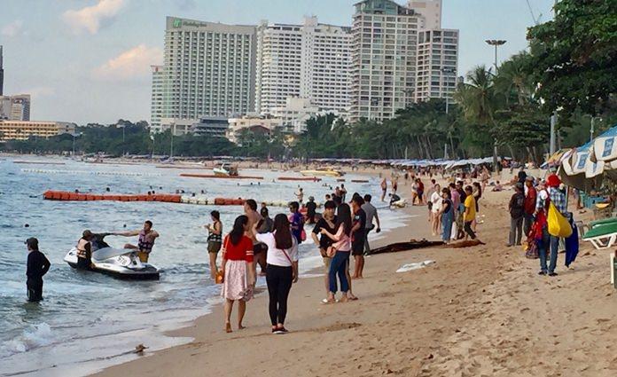 การท่องเที่ยวเมืองพัทยาเริ่มมีสีสัน! นักท่องเที่ยวไทยเทศจำนวนมาก มาพักผ่อนริมทะเลพัทยา