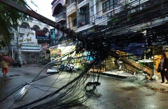 เสาไฟฟ้าหักโค่นซอย 17 หลังตลาดวัดชัยมงคล ผลพวงจากพายุฝน และความเสื่อมโทรมของเสา