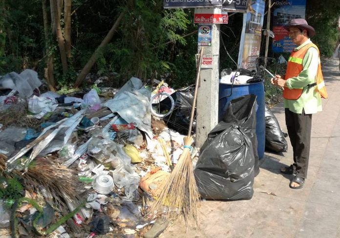 เจ้าหน้าที่ขอร้อง กรณี ชความมักง่ายของประชาชนทิ้งขยะไม่เป็นที่ ถนนพระตำหนักซอย 4 วอนให้ทุกส่วนร่วมกันมีระเบียบวินัย