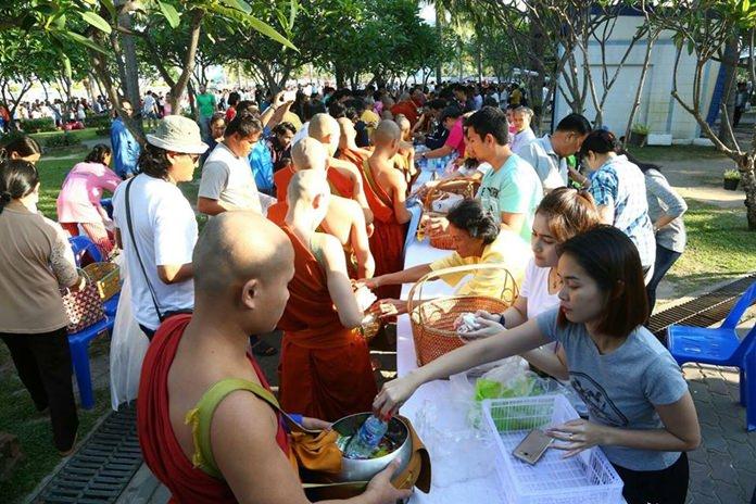 เหล่าบรรดาประชาชน ต่างนำข้าวสารอาหารแห้ง มาทำบุญตักบาตรพระเพื่อความเป็นสิริมงคล