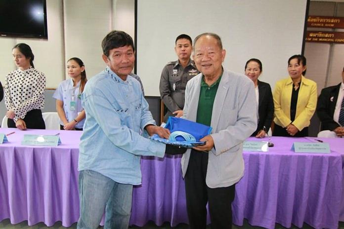 ดร.มาย ไชยนิตย์ นายกเทศมนตรีเมืองหนองปรือ มอบของที่ระลึกให้แก่ผู้เข้าร่วมโครงการฯ
