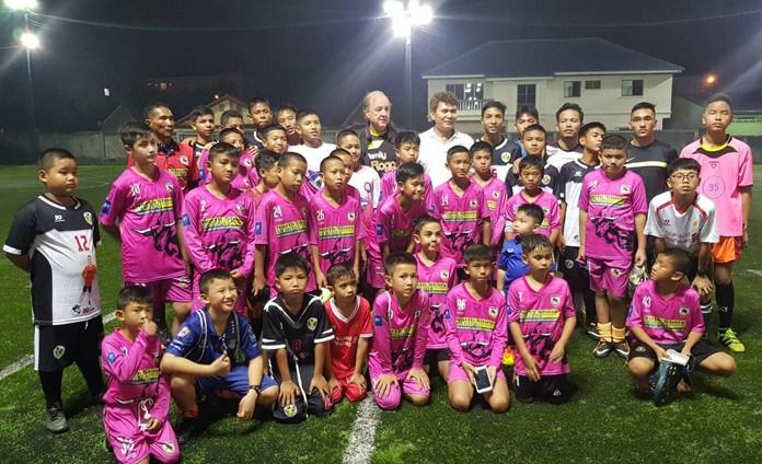โค้ชหนุ่ย เฉลิมวุฒิ  สง่าพล อดีตโค้ช เยาวชนทีมชาติไทย รุ่นอายุ 19 ปี และอดีตโค้ช ทีมพัทยายูไนเต็ด สอนเทคนิคการเล่นฟุตบอลแก่เยาวชน ของ 2 อคาเดมีชั้นนำในเมืองพัทยา