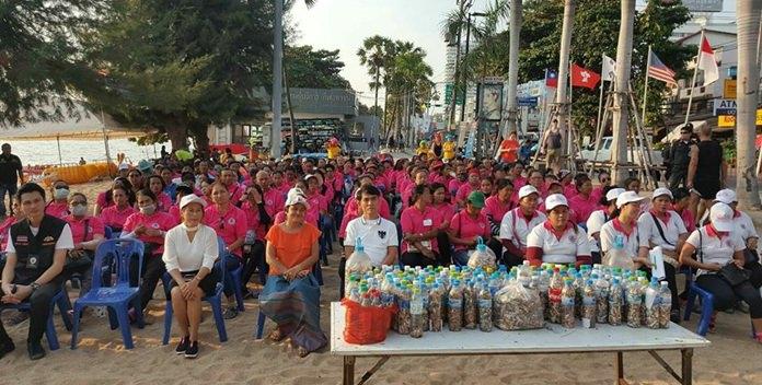 ผู้ประกอบการหมอนวดชายหาดและสมาชิกชุมชนต่างๆ เข้าร่วมกิจกรรม