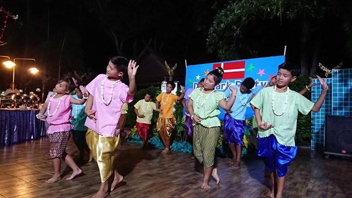 การแสดง รำวงไทยพื้นบ้าน
