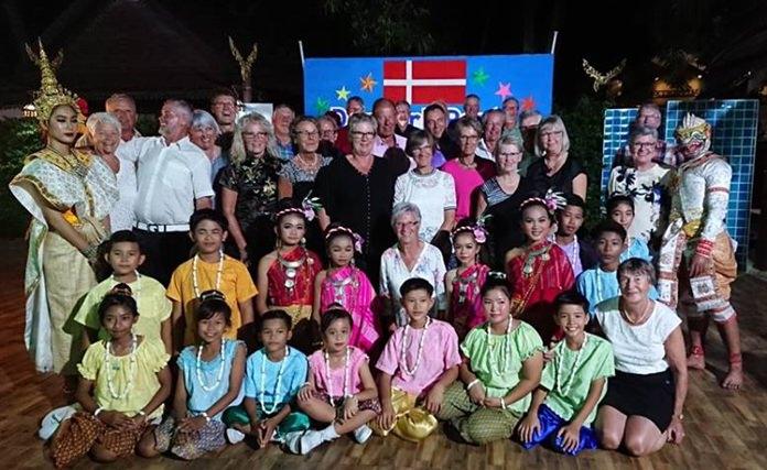 นางรัชฎา ชมจินดา ผู้อำนวยการ มูลนิธิเอช เอช เอ็น เพื่อเด็กไทย นำนักเรียนข้ามชาติ ในศูนย์การเรียนรู้อาเซียน  ดร๊อปอิน เซ็นเตอร์ ในการดูแลของ มูลนิธิเอช เอช เอ็น เพื่อเด็กไทย กว่า 50 คน  ร่วมทำการแสดงศิลปะวัฒนธรรมไทยในงาน Denmark Party