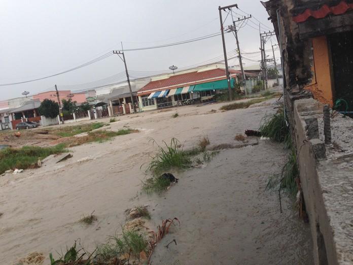 น้ำไหลเอ่อล้นชุมชนมาบประดู่ ดาราพรรณ 5 เขาตาโล