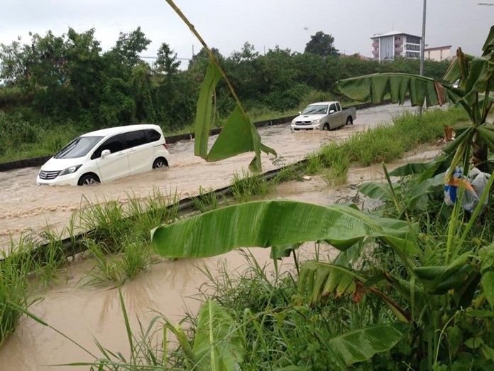 ถนนเลียบทางรถไฟ เขาตาโล น้ำท่วมรถยนต์กว่าครึ่งล้อ การจราจรเป็นไปอย่างยากลำบาก