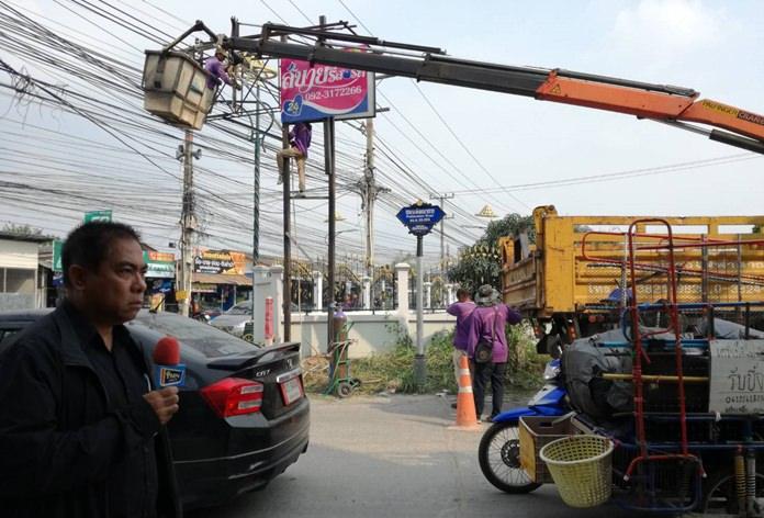 นายธงชัย กำลังไทย ผอ.สำนักการช่าง ทม.หนองปรือ นำกำลังเจ้าหน้าที่ทำการรื้อป้ายโฆษณารุกล้ำทางสาธารณะ ถนนพัฒนาการ