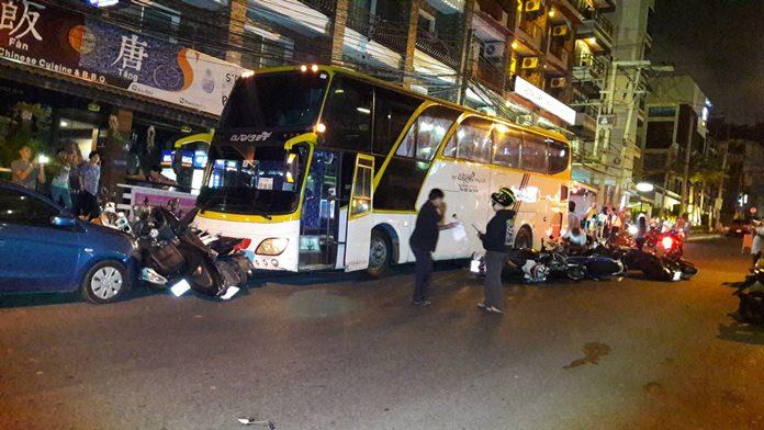 รถบัสเบรคแตก พุ่งชนเรียบ ทั้งรถจักรยานยนต์และรถเก๋ง เสียหายหลายคัน ภายในซอยพระตำหนักซอย 4