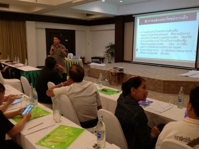 นายเฉลิมรัตน์  ชัยประเสริฐ  ผู้ช่วยฝ่ายป้องกันและปกป้องคุ้มครองเด็ก มูลนิธิศุภนิมิตแห่งประเทศไทย เป็นประธานเปิดการประชุมเรื่องการปกป้องคุ้มครองเด็กในระดับชุมชน