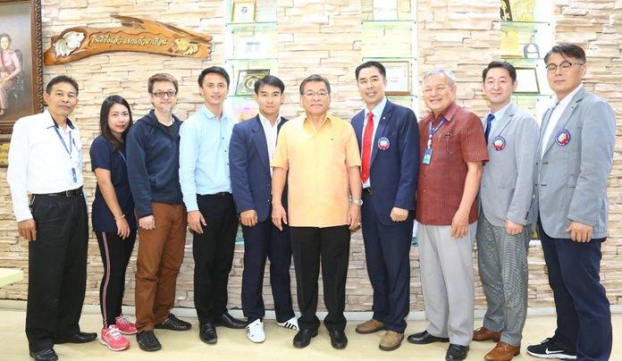 นายวิเชียร พงษ์พานิช รองนายกเมืองพัทยา ให้การต้อนรับสมาคมเทควันโด้ เกาหลีใต้ ประจำประเทศไทย นำโดยมิสเตอร์ จอง ซอง ฮี เลขาธิการสมาคมเทควันโดเกาหลีใต้ ประจำประเทศไทย